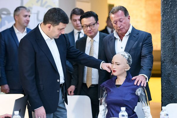 """机器人""""索菲亚""""出访乌克兰 遭乌总理摸脸"""