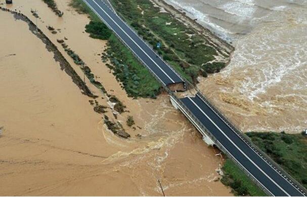 天灾人祸?受暴雨影响 意大利再现高速公路桥坍塌事件