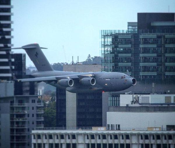 好险!澳空军飞机特技表演穿行高楼间遭批