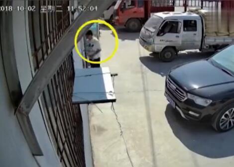 男子盗车后吃住全在车上 给车全方位保养还系红绳