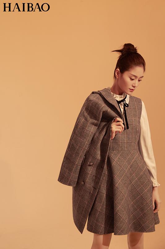 王媛可早秋大片眼神超有戏 裹身裙裹出满满时尚感
