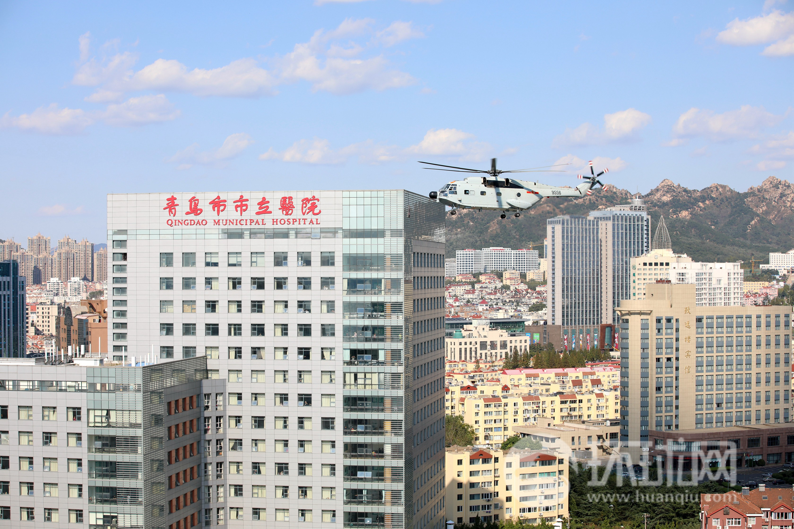 舰载直升机市区跨昼夜起降 军地协同开展医疗后送联合演练