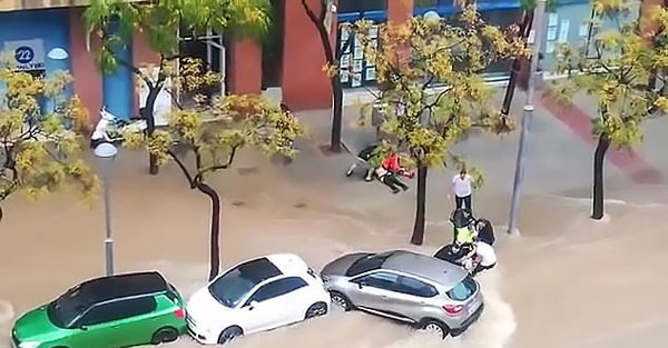 惊险时刻!西班牙警民协手洪水中救出车底被困女子