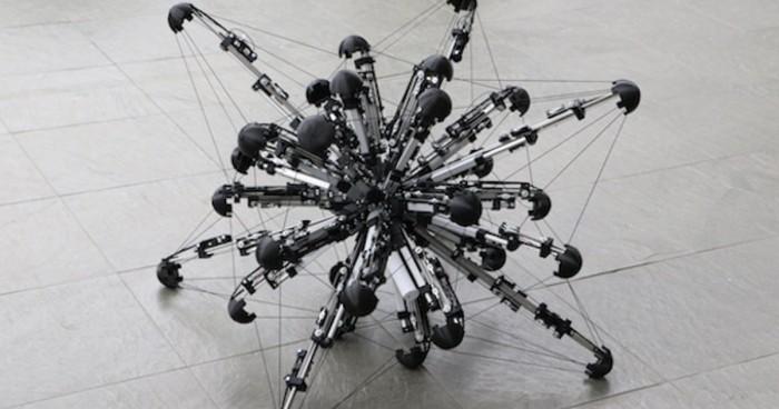 日本科学家研发32条腿机器人 靠腿伸缩滚动前行