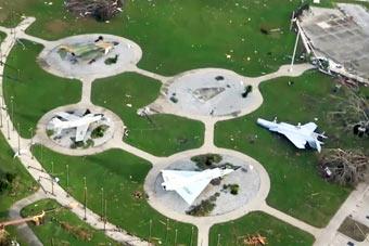 飓风来袭美军基地遭殃 F-15战斗机被吹翻
