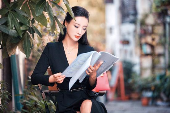 王李丹妮出演干练女强人 职业套装穿出性感范儿
