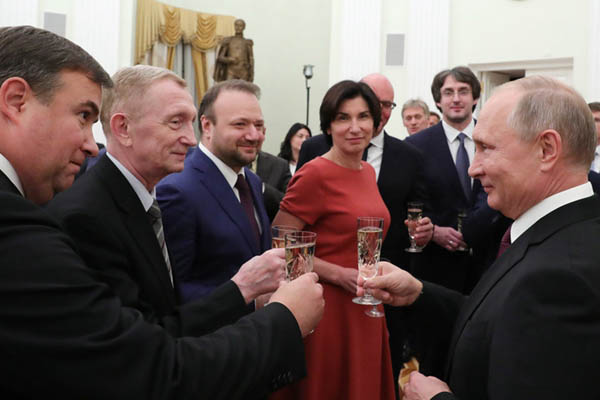 普京庆祝俄独立电视台成立25周年 与媒体人把酒畅谈