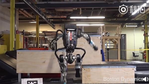 波士顿动力Atlas机器人秀操作:堪比全能运动员