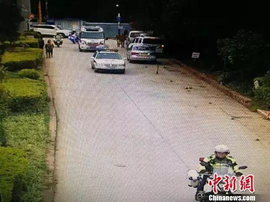"""3岁儿童从2楼摔下,民警驾警车为救护车开道上演""""生死时速"""""""