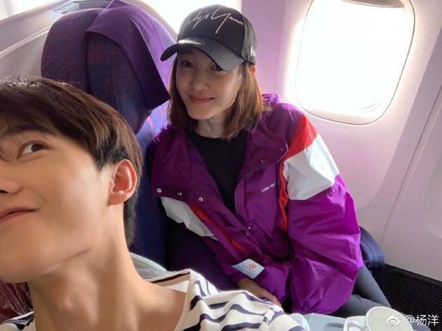 杨洋坐飞机偶遇王丽坤 晒合影比耶瞪眼很搞怪