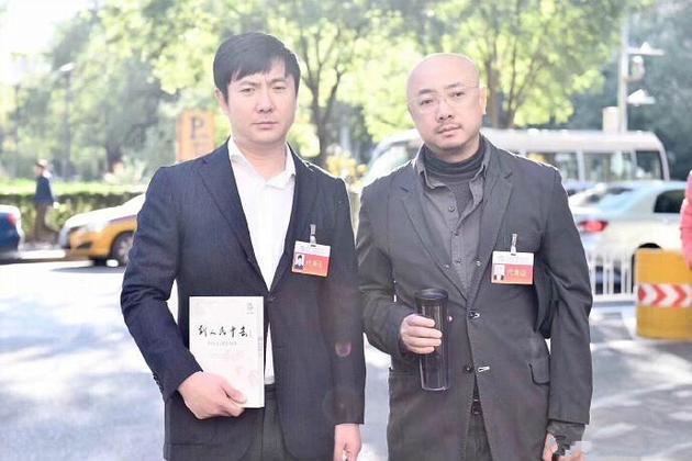"""徐峥沈腾会场外合影曝光 一脸""""愁容""""表情搞笑"""