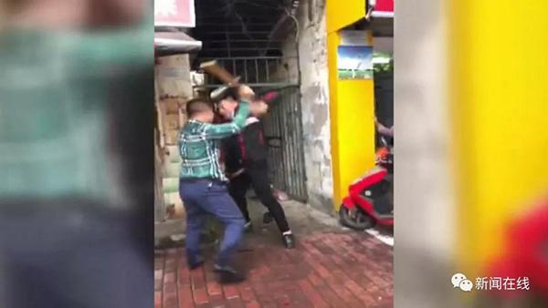 两男子因插队抢糯米饭持板凳互殴,民警协调后双方握手言和