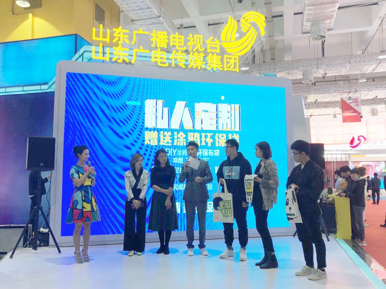 《美丽中国》父女养3亿只蟑螂 护林员劝女儿辞职守山