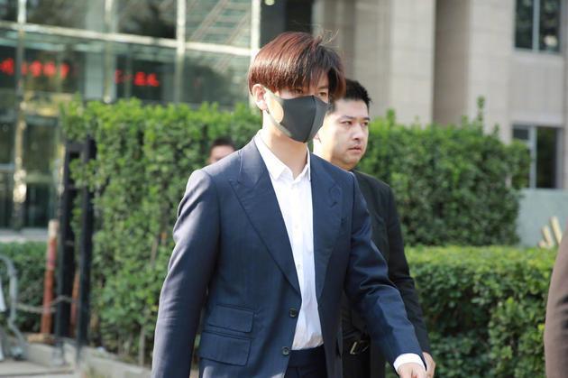 演员王嘉现身朝阳法院 起诉无良剧组压榨演员