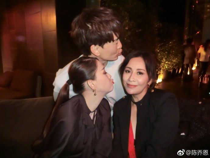 刘嘉玲陈乔恩郑元畅合体出席活动 嘟嘴献吻很有爱