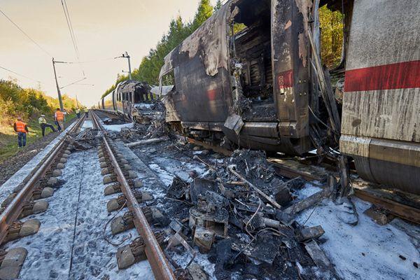德国高铁行驶中发生火灾车厢被烧穿 500名乘客安全脱险