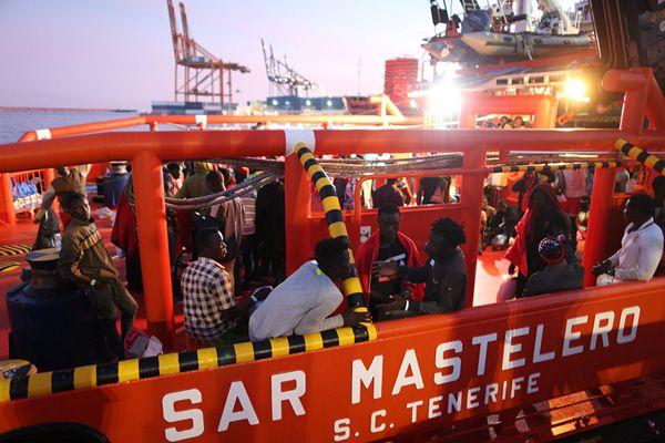 西班牙海上救援队在地中海搭救360名难民 送至马拉加港上岸