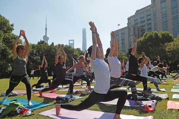 100多名瑜伽爱好者汇聚上海外滩源