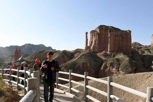 甘肃:冰沟丹霞深秋旅游热