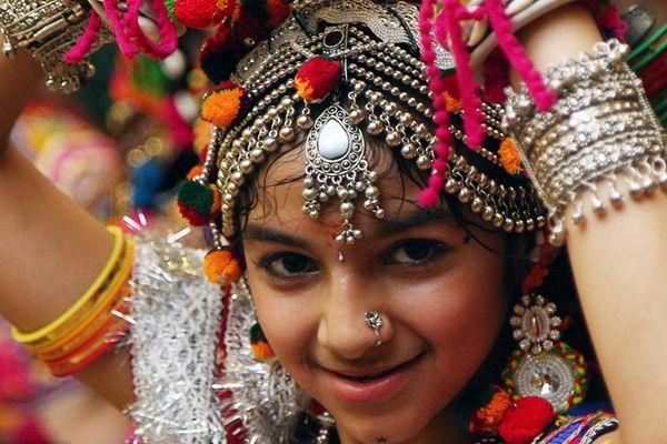 """印度各地庆祝""""九夜节"""" 美女盛装跳传统舞美轮美奂"""