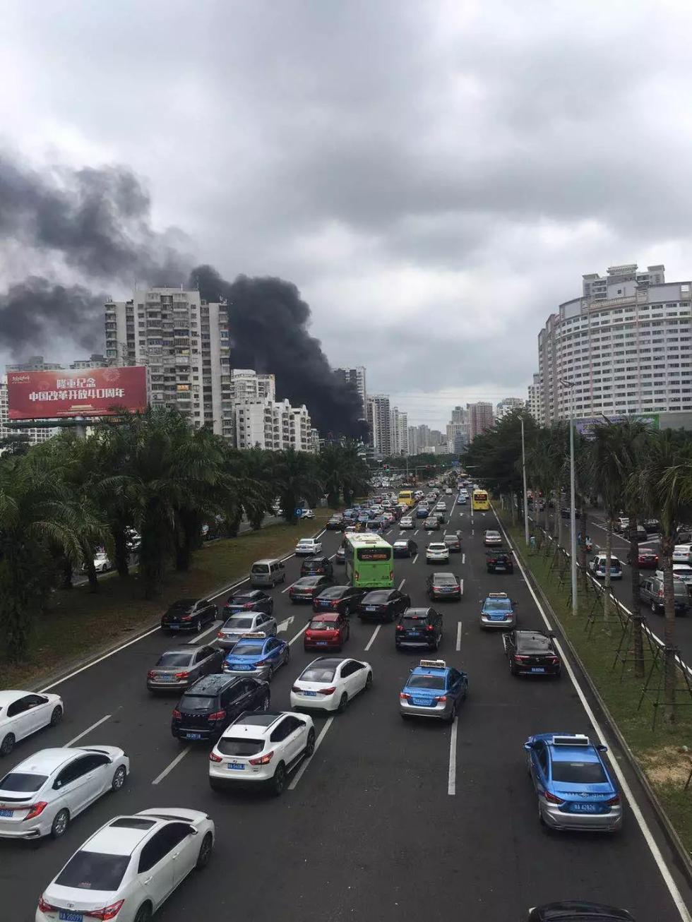 海口一工地发生火灾浓烟滚滚 与加油站仅一街之隔