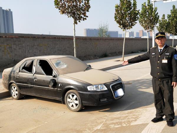 轿车门窗被砸烂:车主不仅不生气 反而非常感激!