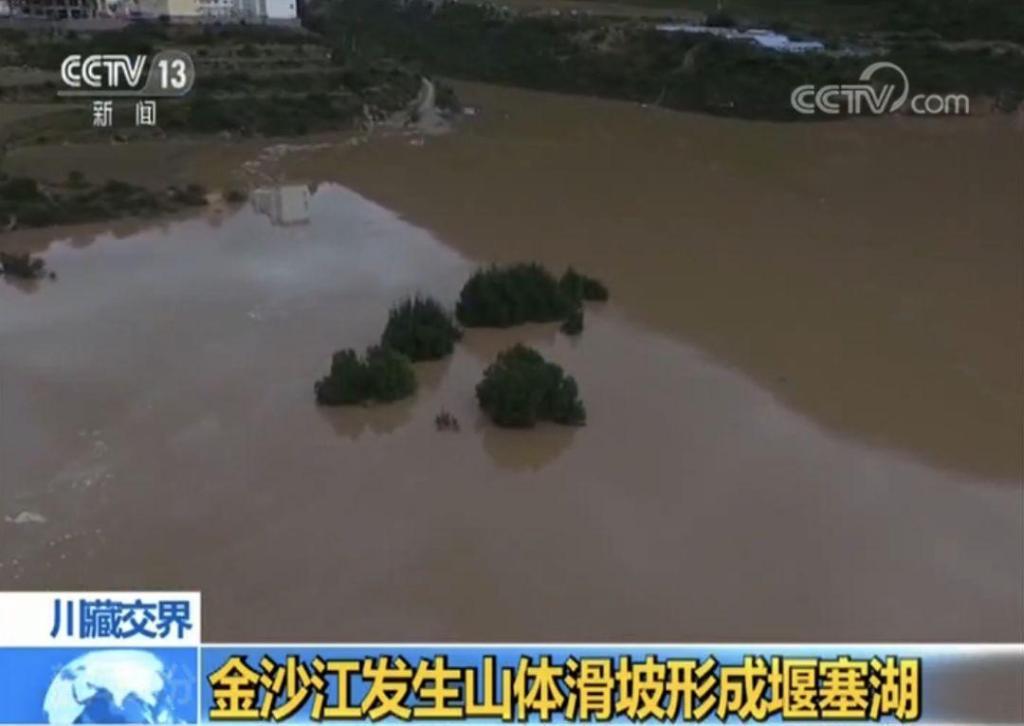 金沙江堰塞湖已自然泄流 抢险持续进行