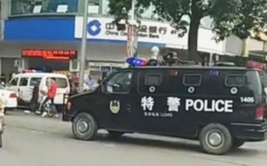东莞一男子持玩具枪和假爆炸物抢银行,数分钟内被控制