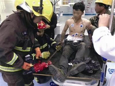 工人不慎,钢筋刺入腹部 消防和医生联手抢救