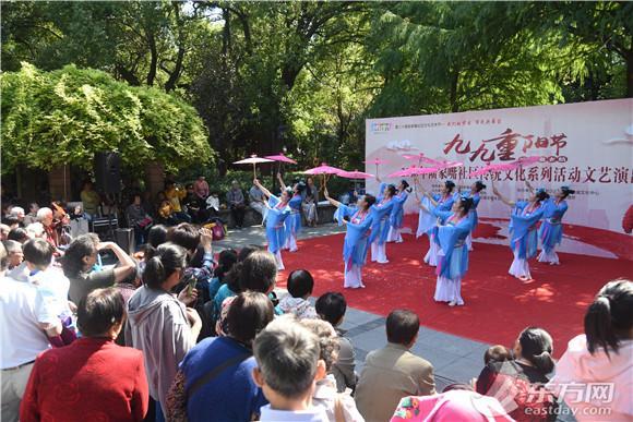 陆家嘴社区办重阳节文艺演出 300余名居民共享佳节气氛