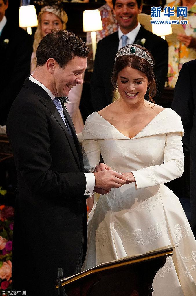 英国尤金妮公主婚礼举行 新人在教堂内庄严宣誓