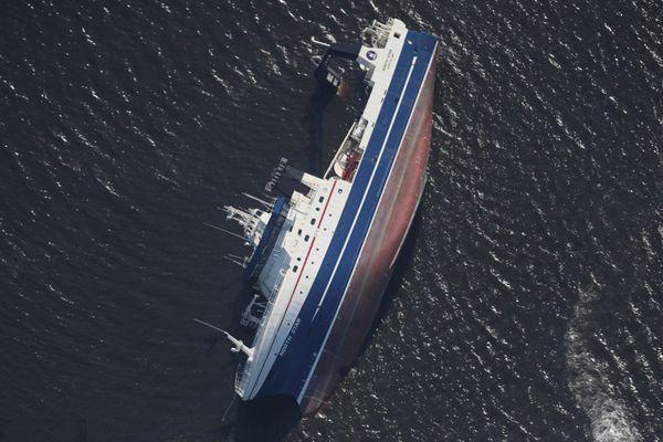 """飓风""""迈克尔""""席卷美国大秀威力 轮船被掀翻倾覆海中"""