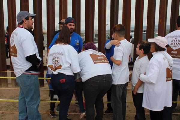 美墨边境短暂开放 移民与亲属团聚三分钟紧紧相拥