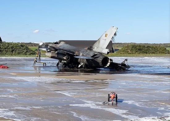 闹乌龙!比利时一架F16被自家战机击中起火烧毁