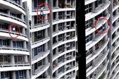 恐怖!女子坐在阳台栏杆自拍 从27楼摔下身亡
