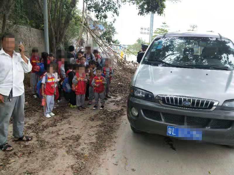 危险!核载8人校车塞进25名小学生!被企石交警查了