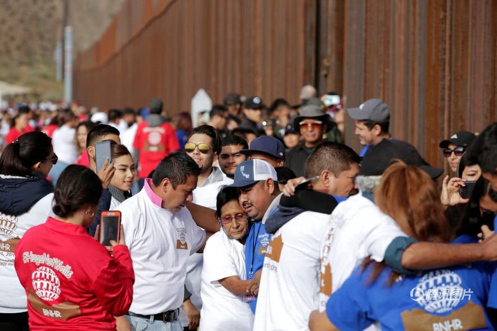 美墨边境短暂开放3分钟 移民与亲人相拥而泣