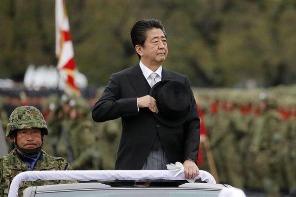日本举行自卫队日阅兵式 安倍出席检阅士兵
