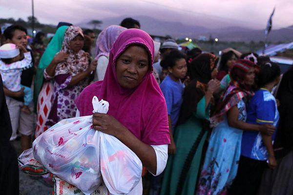 印尼地震已致2091人死亡 灾民排队领取食物