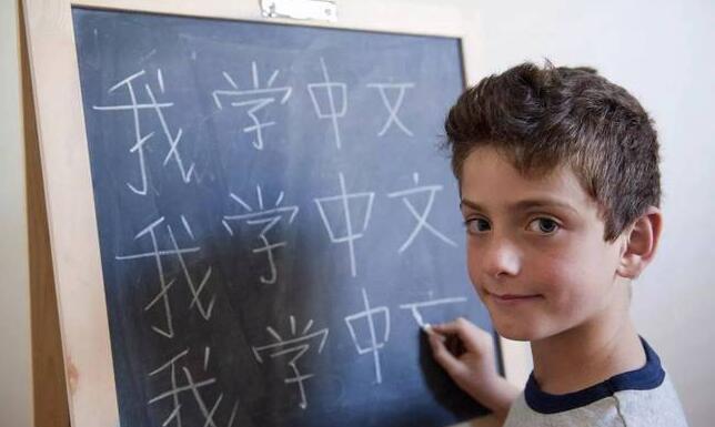 港媒:贸易战拦不住美名流孩子学汉语