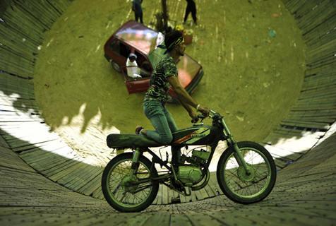 """尼泊尔举办""""死亡之井""""表演 挑战者逆重力飞车"""