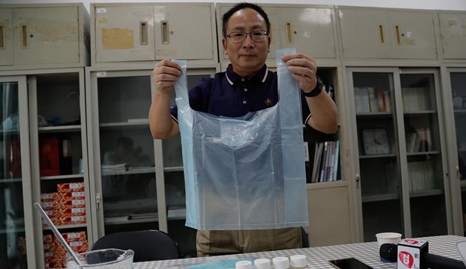 """高校工程师历时十几年 研制成功""""水溶性""""塑料袋"""