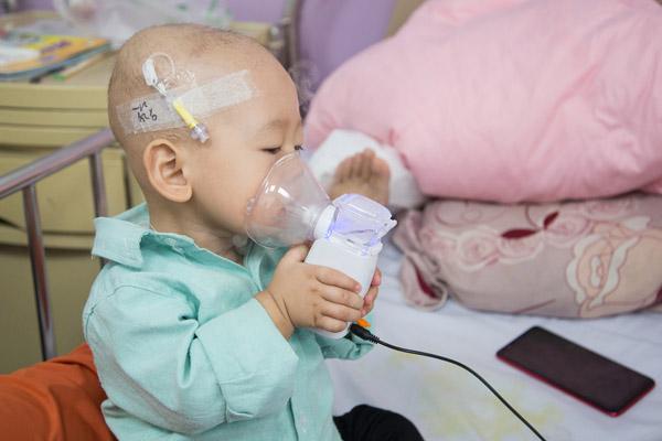 """1岁宝宝患癌 病床上学会自己""""治疗"""""""