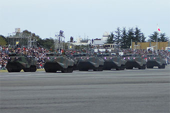 日本自卫队举行盛大阅兵式 自卫队家当全展示