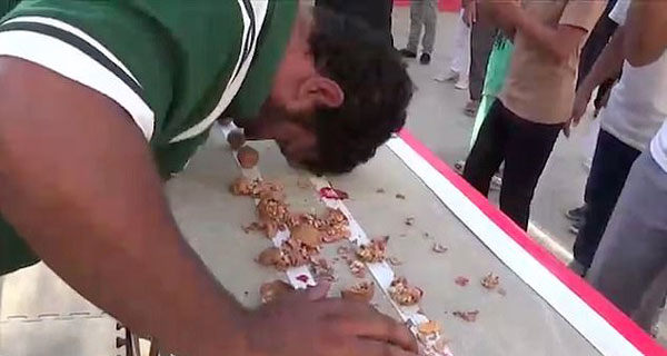 巴基斯坦男子一分钟用头砸开247颗核桃
