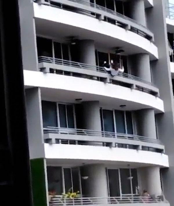 血的教训!巴拿马27岁母亲阳台自拍坠楼身亡