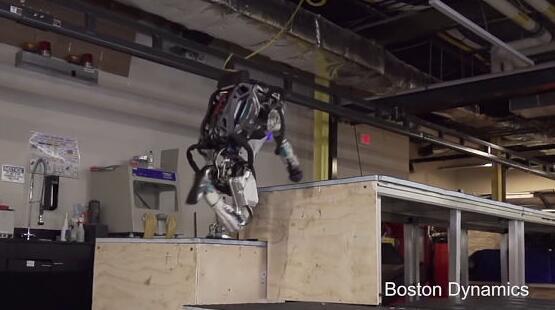 机器人展示酷跑新技能 日本网民:里面有人?