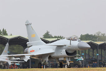 歼10B战机升空开展空战对抗训练