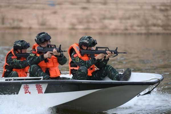 吉林武警荷枪实弹训练水上反恐 锻造水陆两栖尖兵