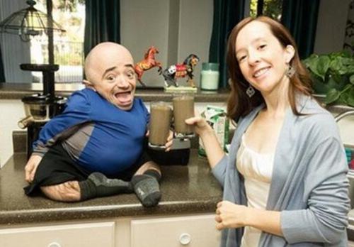 国外女子嫁85厘米的侏儒男子,自称很幸福!